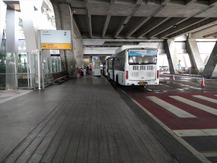 スワンナプーム⇔ドンムアン間のシャトルバス(乗り場に向う)