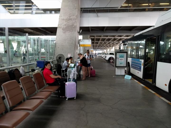 スワンナプーム⇔ドンムアン間のシャトルバス(乗り場付近)