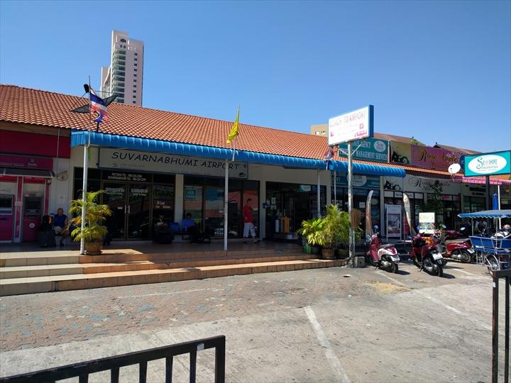 エアポート・パタヤ・バスのバス停前(1)