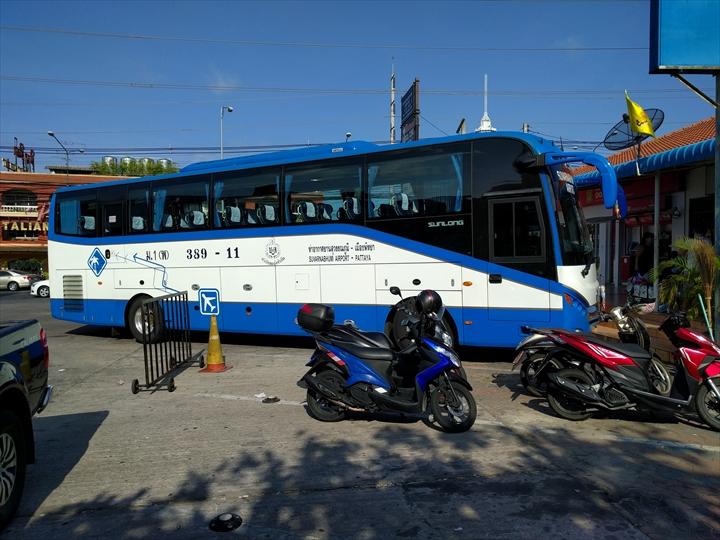 エアポート・パタヤ・バスのバス停前(4)