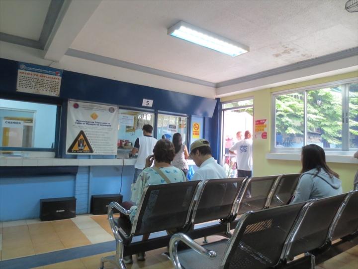 フィリピン免許証の更新(冷房の効いた待合室2)