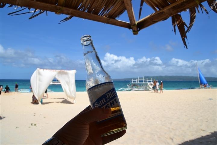 ボラカイのプカシェルビーチでSMLを飲んでみた