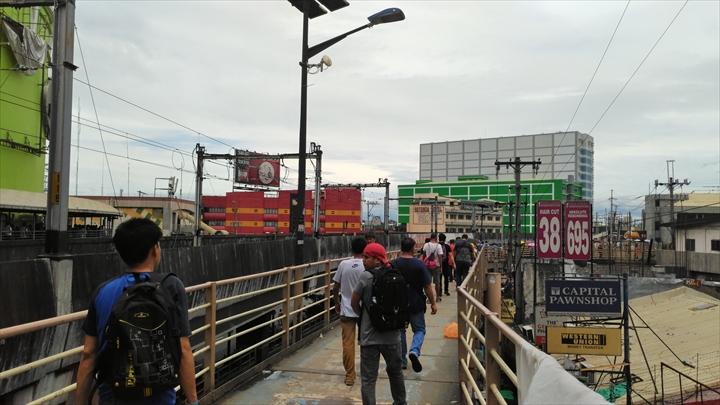 エドサ駅から回廊になった陸橋をまわりホテルSOGO方面へ