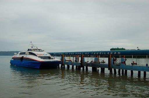 タグビララン・埠頭出港を待つスーパーキャット