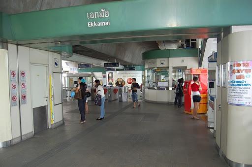 エカマイ駅のチケット売り場周辺