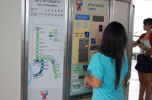 エカマイ駅の券売機 ※右にちらっと写っている娘さんはタイプですか?