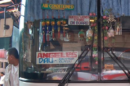 フィリピンラビットの運転席前の装飾品の数々