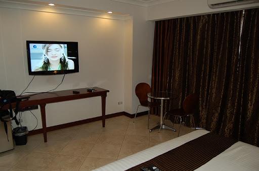 アンヘレスのバレンチノホテル - 窓側と壁掛け液晶TV