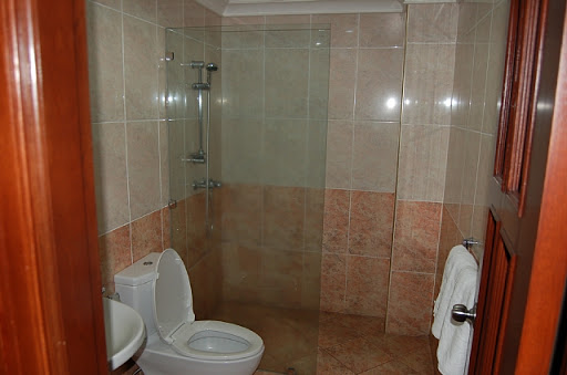 アンヘレスのバレンチノホテル - トイレとシャワールーム