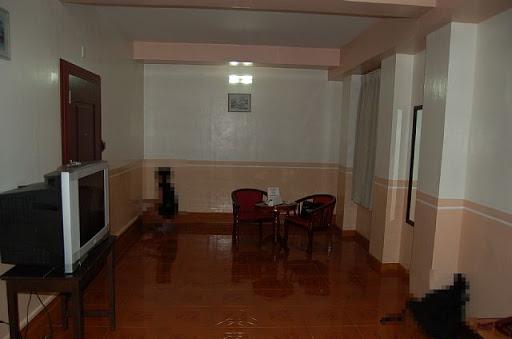 ダバオのマイホテルのスイートルームの様子(2) ※黒い人影は座敷わらしです。(ウソ