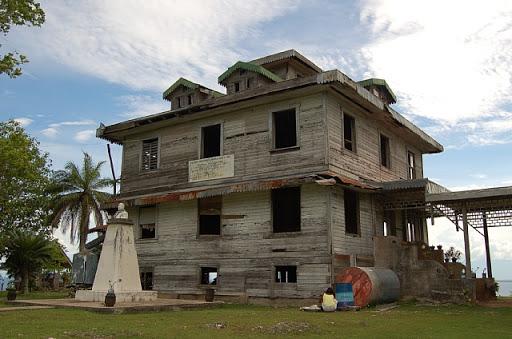 Moncado white house 正面斜め前から ・・・ 洗濯するかぁちゃんと古い家
