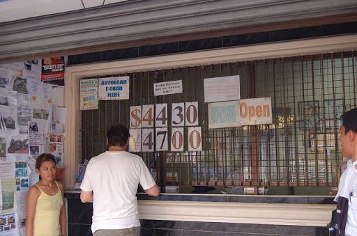 アンヘレスの両替-角の薬屋さんの2ブロック奥