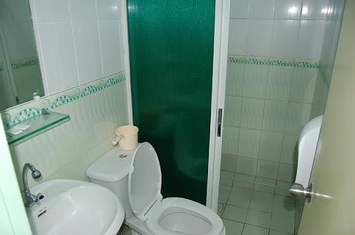 アンヘレスのロリエッタアパテル-洗面所とシャワールーム