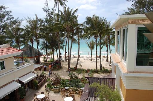ボラカイマンダリンアイランドホテル - ベランダからビーチを望む