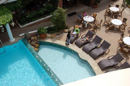 ボラカイマンダリンアイランドホテル - ベランダから階下のプールを望む
