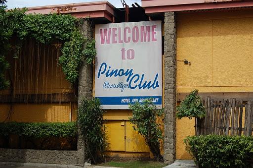 ピノイクラブ - 外の看板