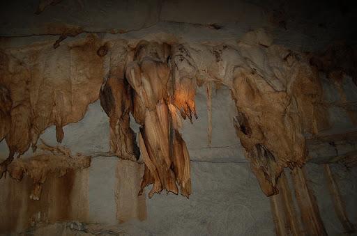 アンダーグラウンドリバー - 洞窟内の鍾乳石