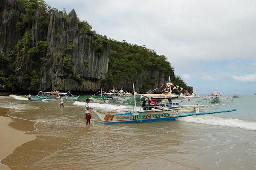 アンダーグラウンドリバー - バンカーボート到着浜辺