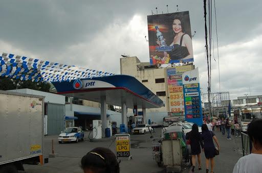 パサイのバス停の様子(1)- ガソリンスタンドは、前は営業していなかったかな?