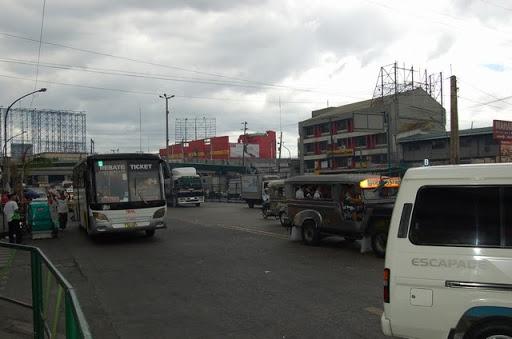 パサイのバス停の様子(2)- 陸橋とロトンダSOGOが見えます