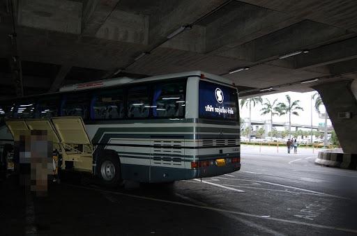ベルトラベルサービスのバス