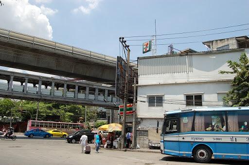 エカマイ駅前のターミナルです。前方に見える7/11方面に駅の階段があります。
