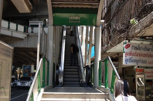 エカマイ駅に続くエレベーター