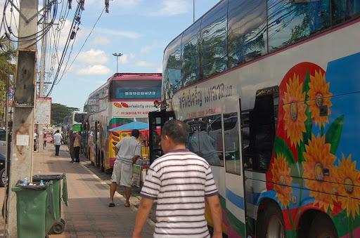 観光バスが数珠つなぎで路上駐車