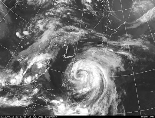 2011年7月18日22:30の台風6号(マーゴン)の様子