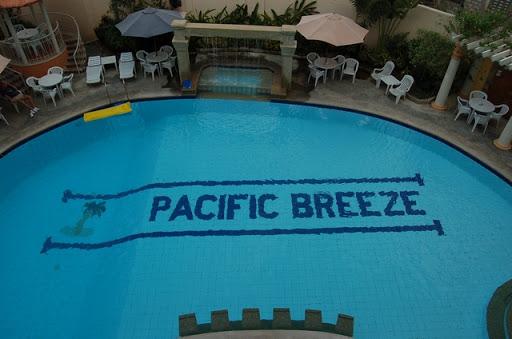 パシフィックブリーズホテル - 雨の日のプール