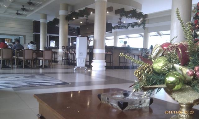 サバンナリゾートホテルの1Fの様子 - ホテルフロントからレストラン