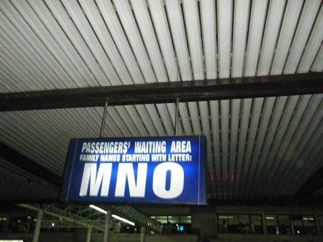 ニノイアキノ国際空港ターミナル1 - アルファベットのプレート(1)