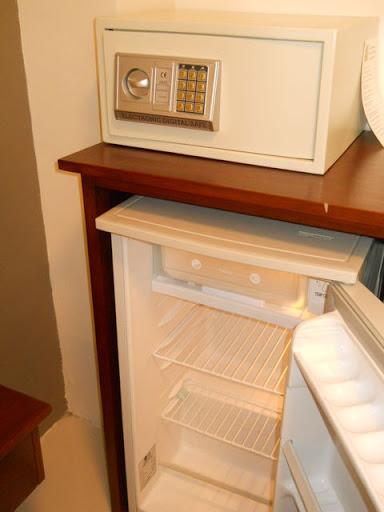 デベラホテル - セキュリティボックスと冷蔵庫