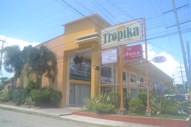 HOTEL Tropika - ホテルの看板