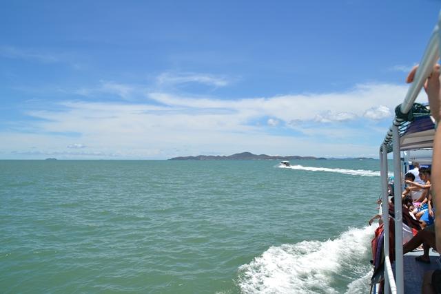 パタヤ・ラン島- 沖に見えるのがラン島