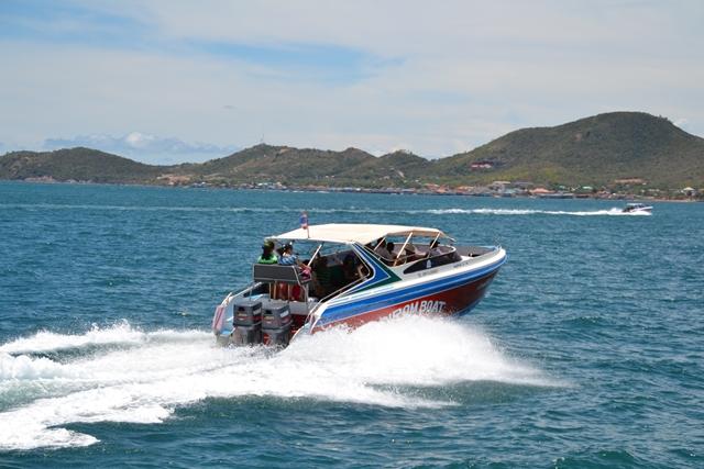 パタヤ・ラン島 - こんなスピードボートが何隻も追い越して行きます