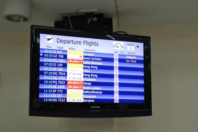 クラーク国際空港で遅延を告げるモニタ