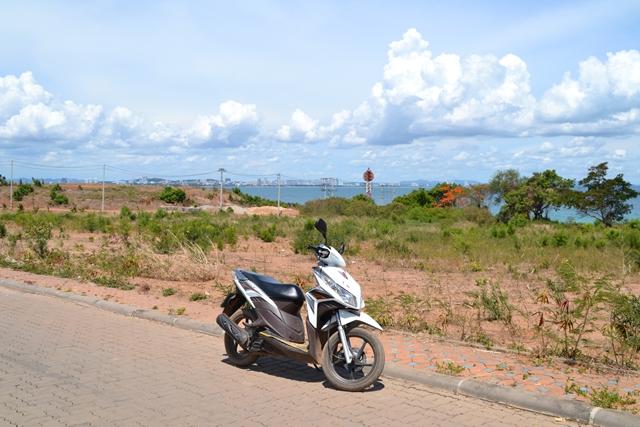 ラン島でレンタルバイク - 途中パタヤ側の見えるところで