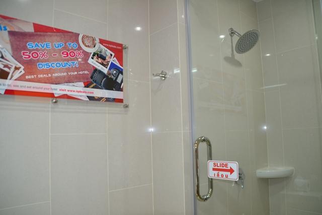 TUNE HOTEL - シャワールーム