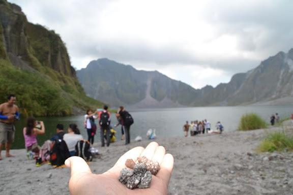 ピナツボ火口湖の石