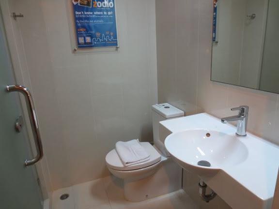 チューン・ホテル・バンコクのトイレと洗面