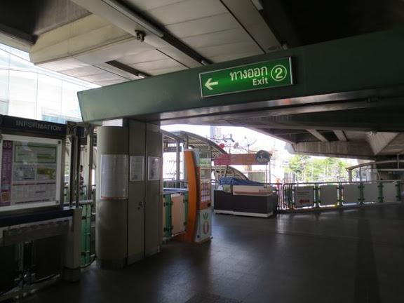 エカマイ駅の2番出口で降りる