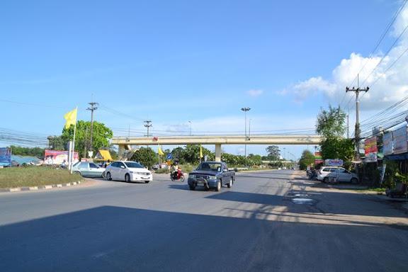 2つの陸橋の後に左折場所がある