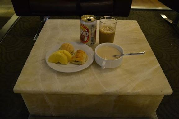 バンコクのCIPラウンジのスープとパン類とパイン