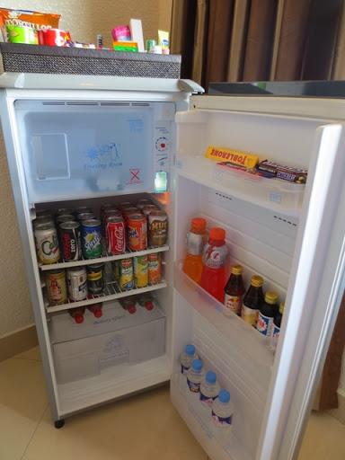 クィーンズホテル アンヘレス - 冷蔵庫上と中の様子