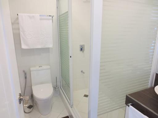 クィーンズホテル アンヘレス - トイレ&シャワーの様子