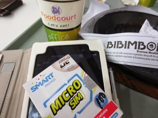 SMクラークのフードコートでSMART LTE SIM