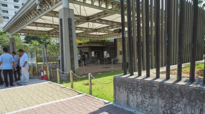 フィリピンの日本大使館の正面玄関
