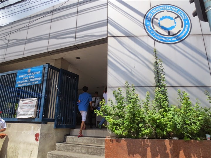 ケソンLTOの入り口 (LAND TRANSPOTATION OFFICE)