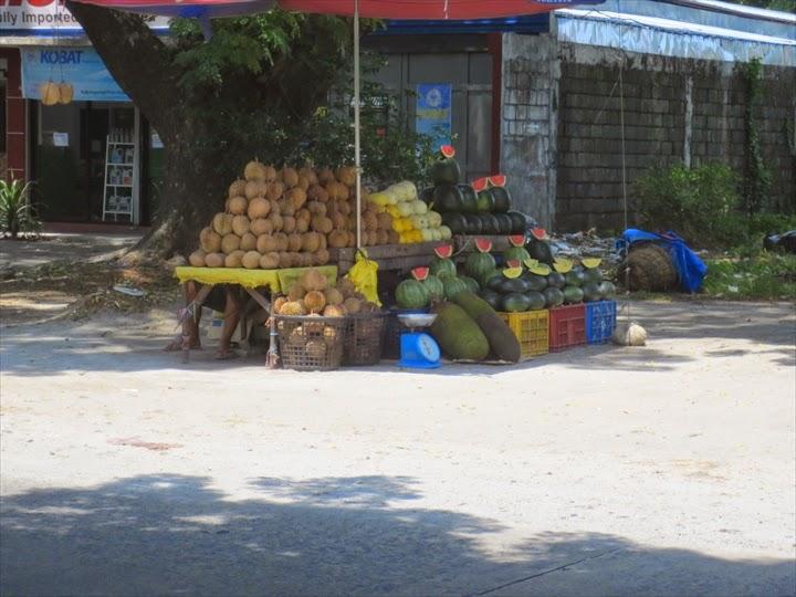 木陰のフルーツ売り